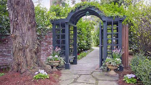 Chiếc cổng xinh xắn vào khu Biệt thự.
