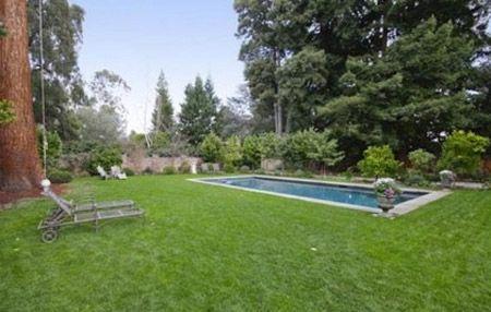 Căn biệt thự còn chứa cả một bể bơi lớn.