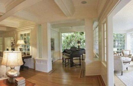 Phòng khách vô cùng thoáng đãng và rộng rãi với chiếc piano là điểm nhấn.