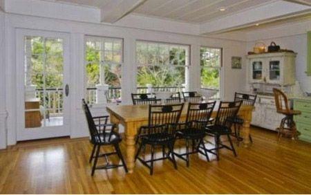 Phòng ăn của gia đình khá giản dị được bố trí gần ban công.