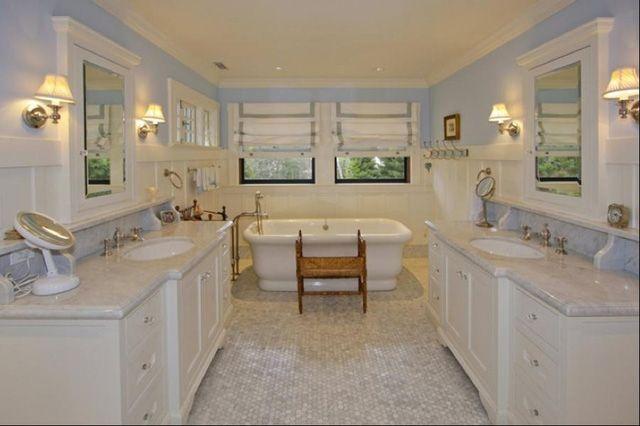 Phòng tắm có tông màu trắng chủ đạo được thiết kế theo phong cách cổ điển nhưng rất sang trọng.