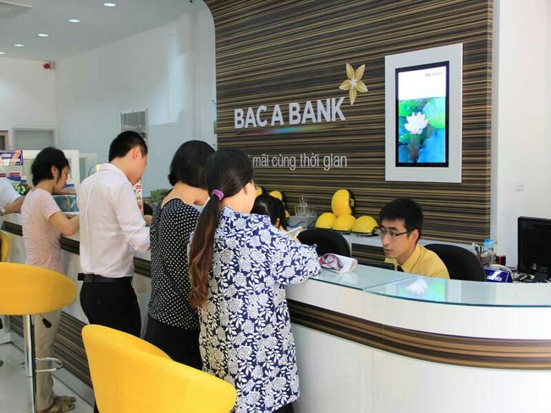 Khách hàng đang gửi tiền tại ngân hàng Bắc Á
