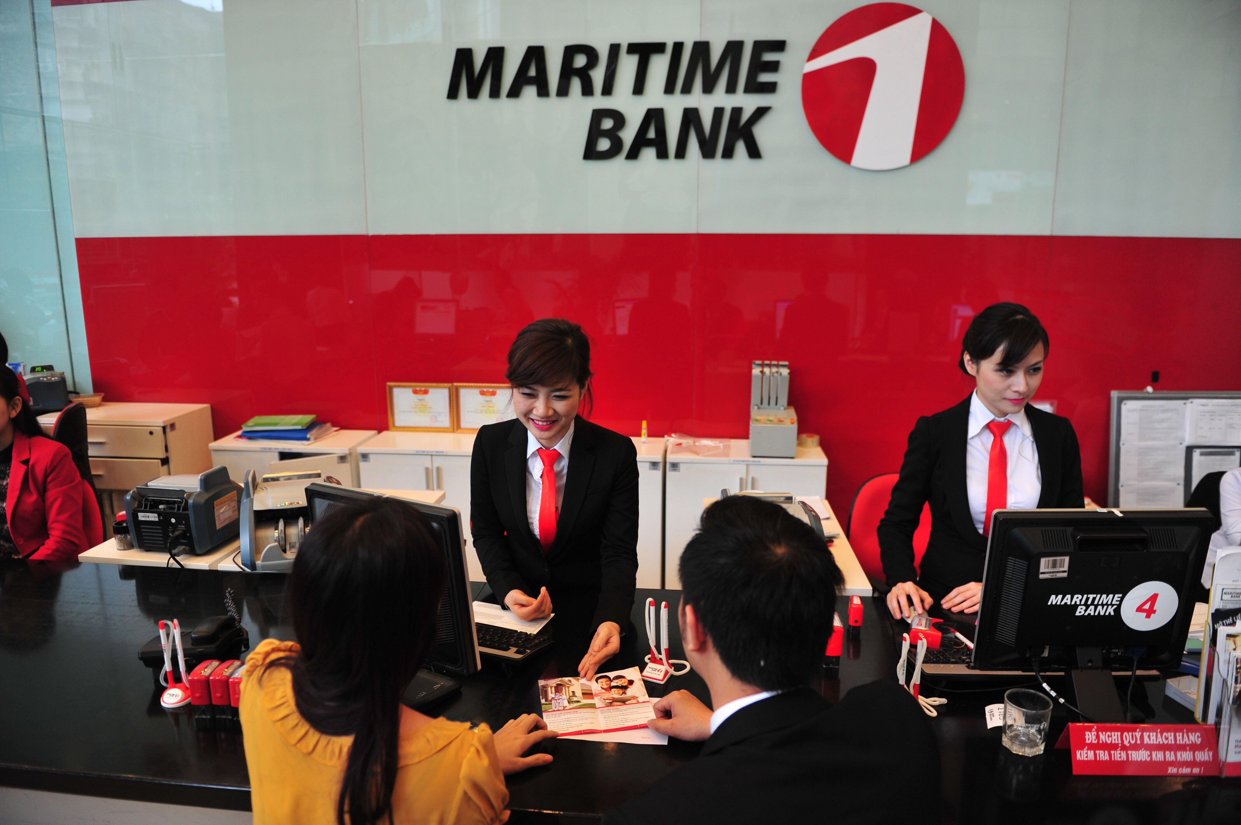 Khách hàng gửi tiết kiệm tại ngân hàng Maritime Bank